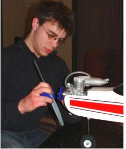Marcus monterer ein ny propell på modellflyet sitt.